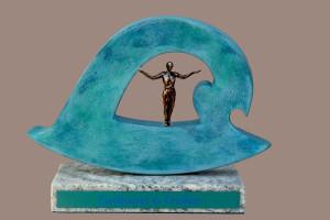 trofee met opengewerkt golfsymbool en mensfiguur staand in het midden met armen gespreid