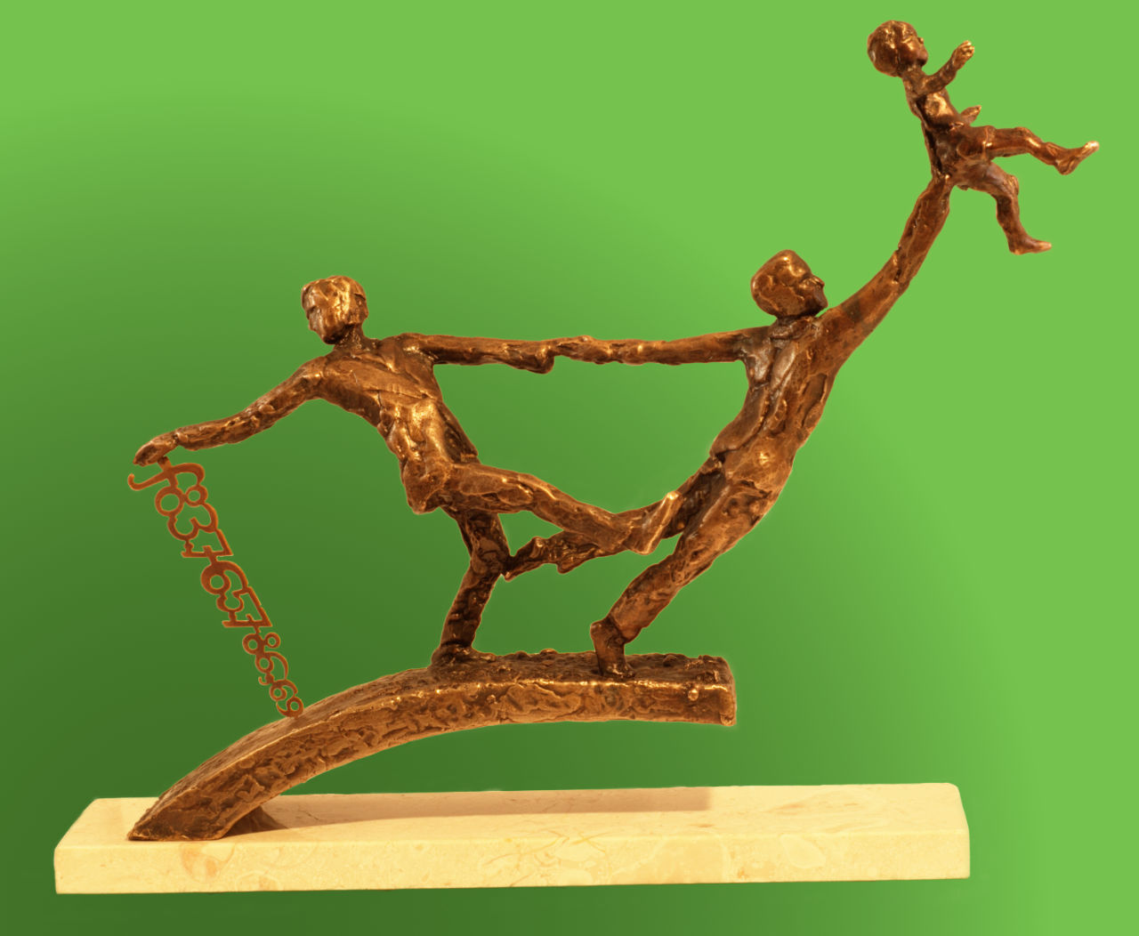 bronsplastiek twee mannen waarvan de ene een kind hooghoudt en de andere een geldbedrag vasthoudt