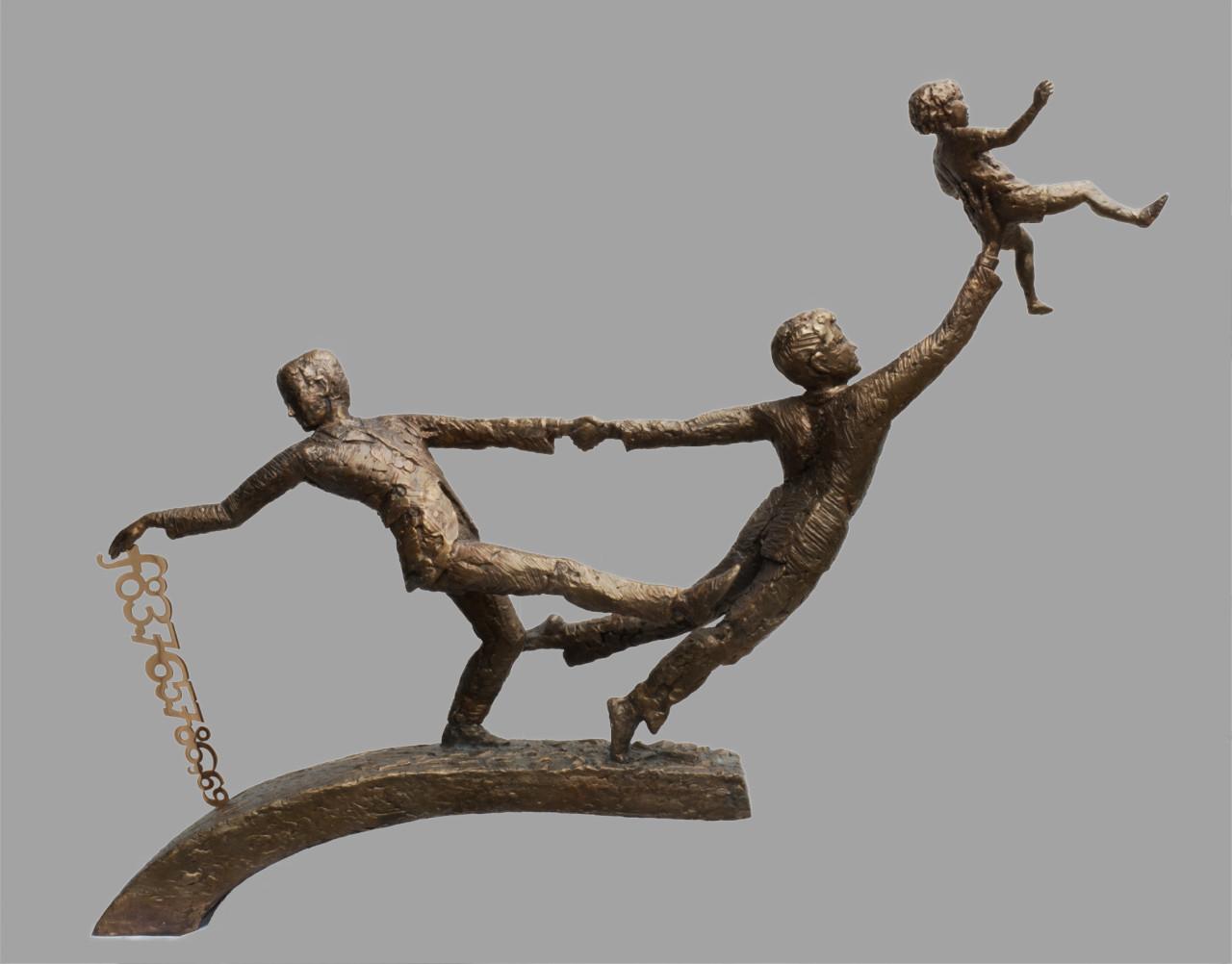 een bronsplastiek met twee mannen waarvan de ene een kind omhoog houdt op zijn rechterhand